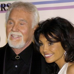 Country singer Kenny Rogers and his wife Wanda pose for photographers as the arrive at the Kennedy Center for the 29th Annual Gala in Washington in this file photo taken December 3, 2006.