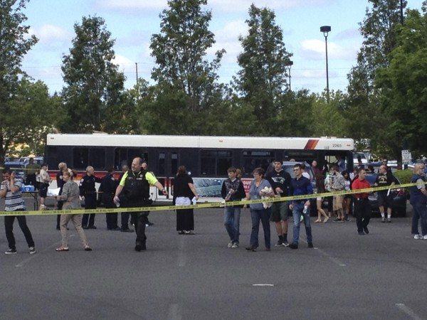 Students leave buses to be reunited with their parents after a shooting at Reynolds High School in Troutdale, Oregon June 10, 2014. A gunman walked into an Oregon high school and fatally shot a student on Tuesday before authorities found him dead a short time later.